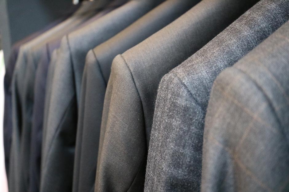 verschiedene Anzugfarben im Bild zu sehen, Stoffe von höchster Qualität