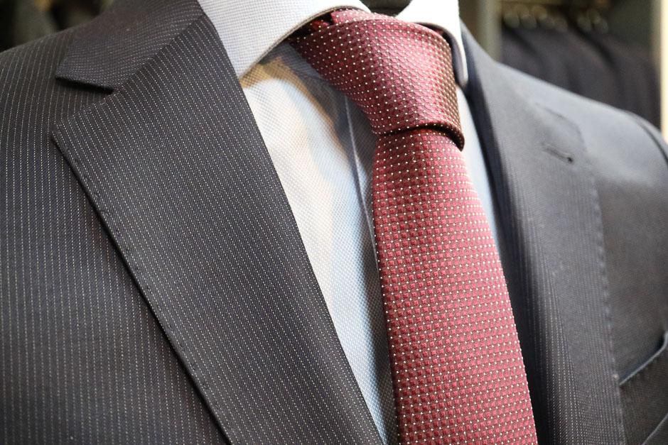 Herrenanzug toller Stoff, Hemd und Krawatte, das macht den Mann schön!