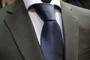 Herrenanzug mit blauer Krawatter und Nadelstreifen bei Spada Herrenausstatter Wien Mitte, ausgewählte Stoffe und Accessoires für Herren.