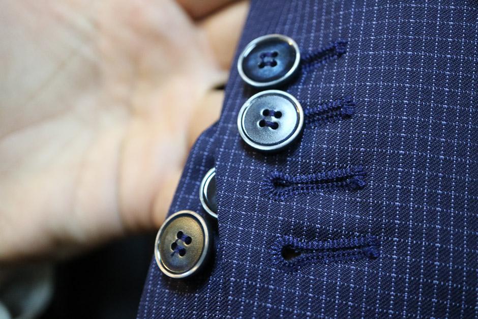 Detailbild knopfbare, durchgeknöpfte Knopflöcher beim Sakko