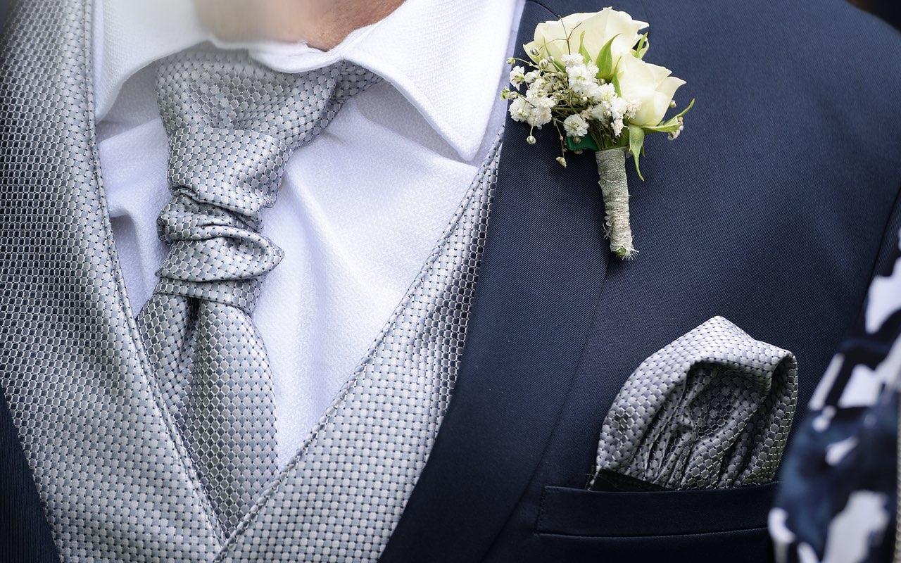 Hochzeitsanzug mit passenden Accessoires Weste, Fliege, Einstecktuch